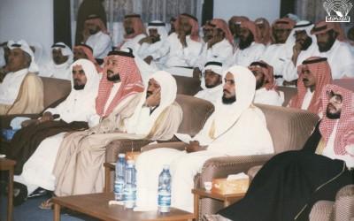 من لقاء الإعلامي الدكتور / عبد الرحمن الشبيلي مع أدباء ومثقفي المنطقة في النادي . ( اللقاء مكرر في صورة سابقة ) .